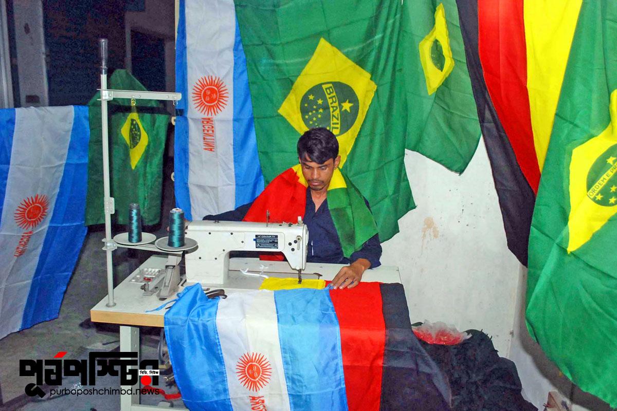 উদয়ন মার্কেট, ঢাকা। পতাকা বিক্রিতে ব্যস্ত কারিগররা। ছবিঃ পূর্বপশ্চিমবিডিডটকম