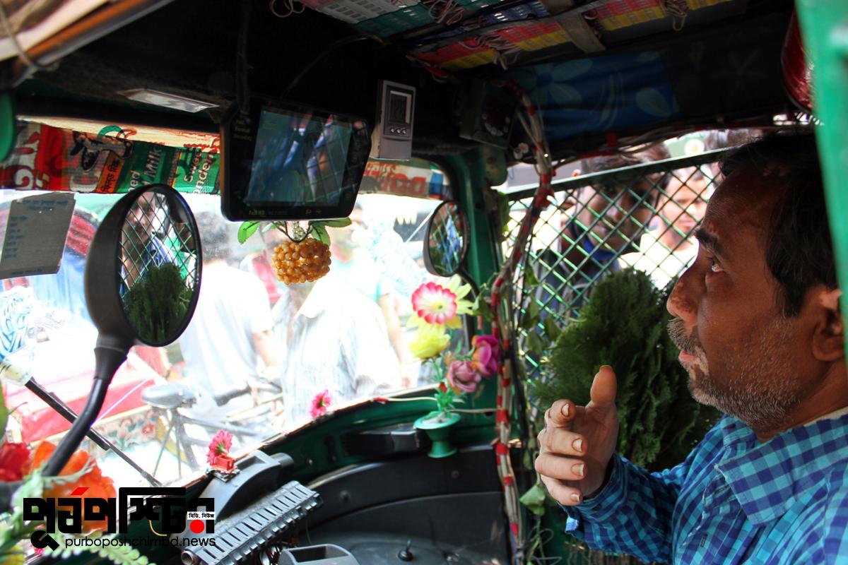 জাকির যশোরের ছেলে। জানালেন প্রায় বছর দেড়েক হতে চললো তিনি এই অভিনব সিএনজি নিয়ে ঢাকার রাস্তায় ছুটে চলেছেন।  ছবি: পূর্বপশ্চিমবিডিডট