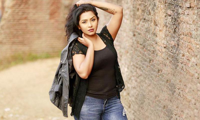 মডেল ও অভিনেত্রী প্রসূণ আজাদ শুটিংয়ে ব্যস্ত